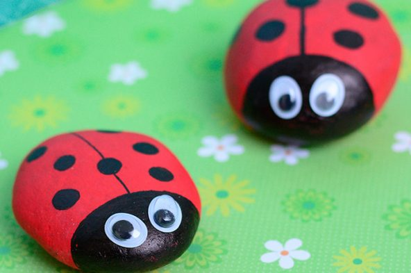 Cute-Painted-Ladybug-Rocks-Simple-Rock-Crafts-for-Kids