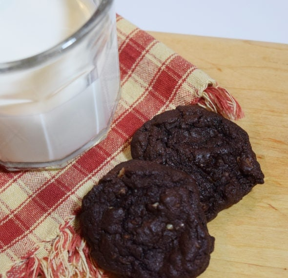 Almond-flour-cookies-with-milk-600x600