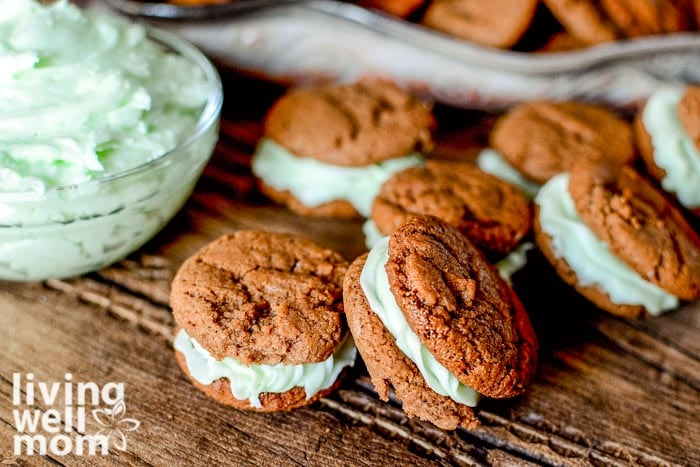 Mint icing sandwiched between 2 chocolate cookies